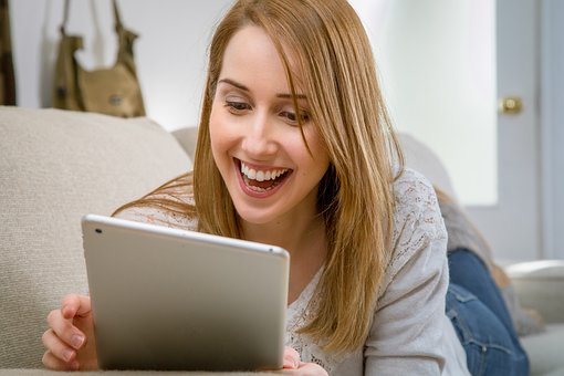 Photo | Femme heureuse tablette électronique
